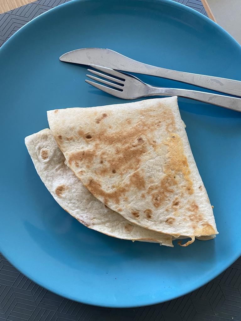 Kolbászos-hagymás-sajtos (Norvég) hajtogatott tortilla